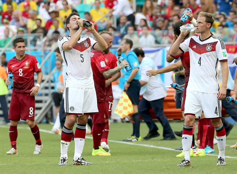 Mats Hummels (L) and Benedikt Hoewedes (R) of Germany drink during the FIFA World Cup 2014 group G. EFE