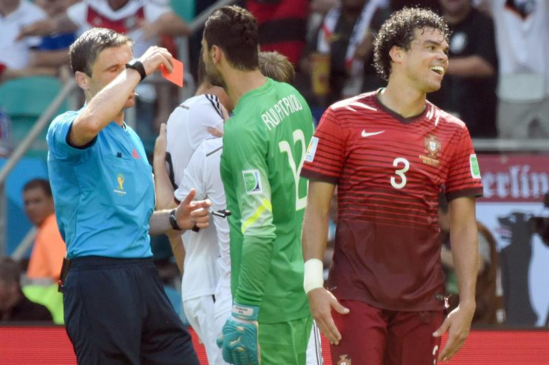 Serbian rerferee Milorad Mazic (L) shows the red card to Portugal's Pepe (R) during the FIFA World Cup 2014 group G. EFE