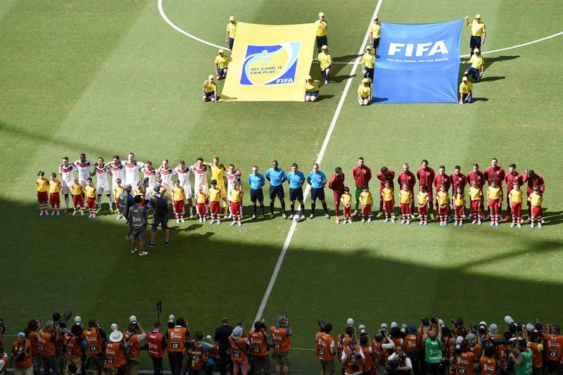 he teams of Germany (L) and Portugal line up for the national anthems prior during the FIFA World Cup 2014 group G. EFE