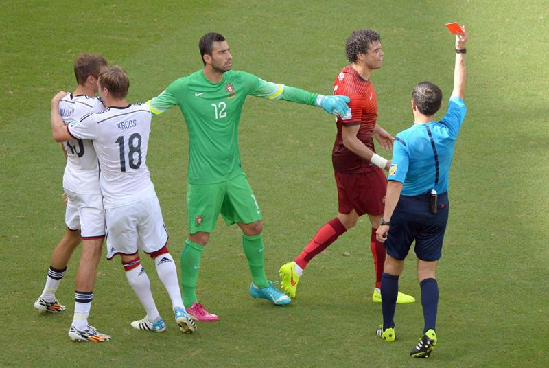 Serbian rerferee Milorad Mazic (R) shows the red card to Portugal's Pepe (2-R) during the FIFA World Cup 2014 group G. EFE