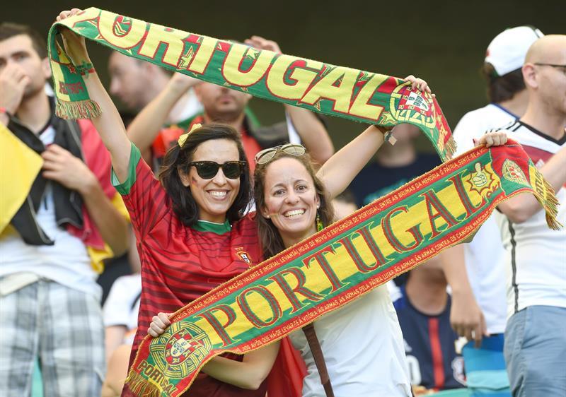 Hinchas de Portugal antes del encuentro con Alemania. EFE