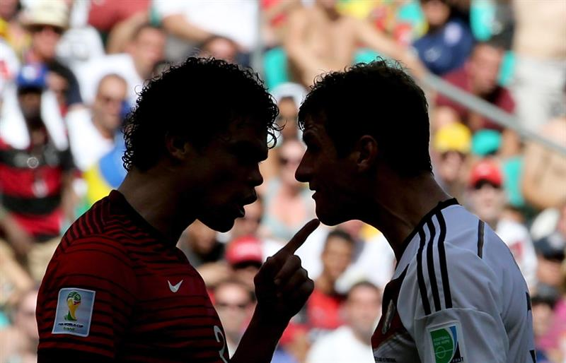Pepe of Portugal (L) argues with Thomas Mueller during the FIFA World Cup 2014 group G. EFE