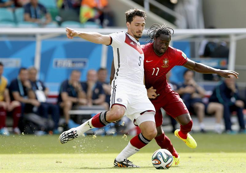 Mats Hummels (L) of Germany vies with Eder of Portugal during the FIFA World Cup 2014 group G. EFE