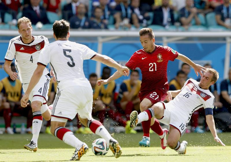 Philipp Lahm (R) of Germany vies with Joao Pereira of Portugal during the FIFA World Cup 2014 group G. EFE