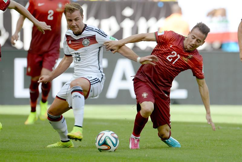 Germany's Mario Goetze (L) and Portugal's Joao Perira during the FIFA World Cup 2014 group G. EFE