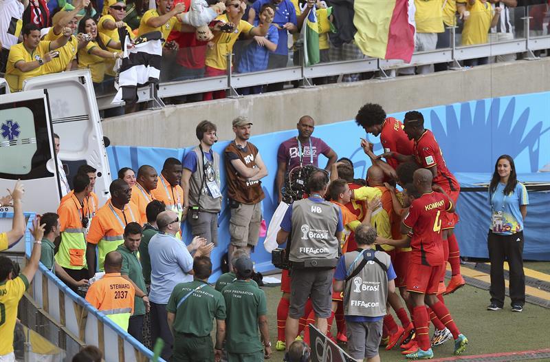 Los jugadores de Bélgica celebran el gol marcado por el centrocampista belga Dries Mertens, el segundo del equipo, durante el partido Bélgica-Argelia. Foto: EFE