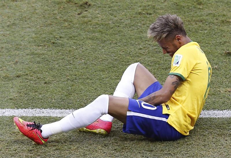 El delantero brasileño Neymar da Silva se queja durante el partido. EFE