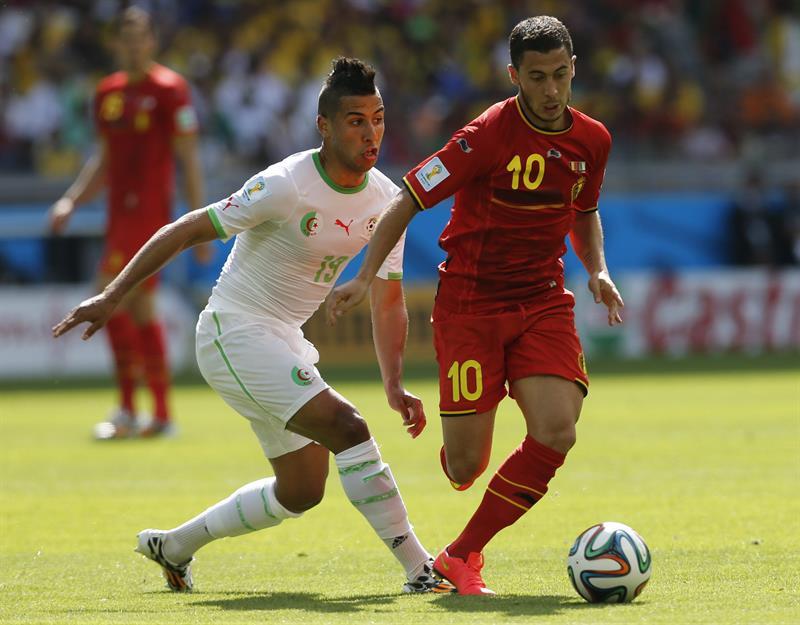 El centrocampista belga Eden Hazard (d) controla el balón ante el centrocampista argelino Saphir Taider (i) durante el partido Bélgica-Argelia. Foto: EFE