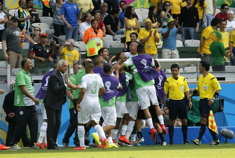 Los jugadores de Argelia celebran el gol marcado por su compañero, el delantero Sofiane Feghouli ante Bélgica. Foto: EFE