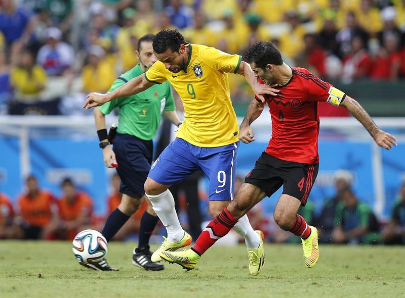 El delantero brasileño Fred (i) y el defensa mexicano Rafael Márquez durante el partido. EFE