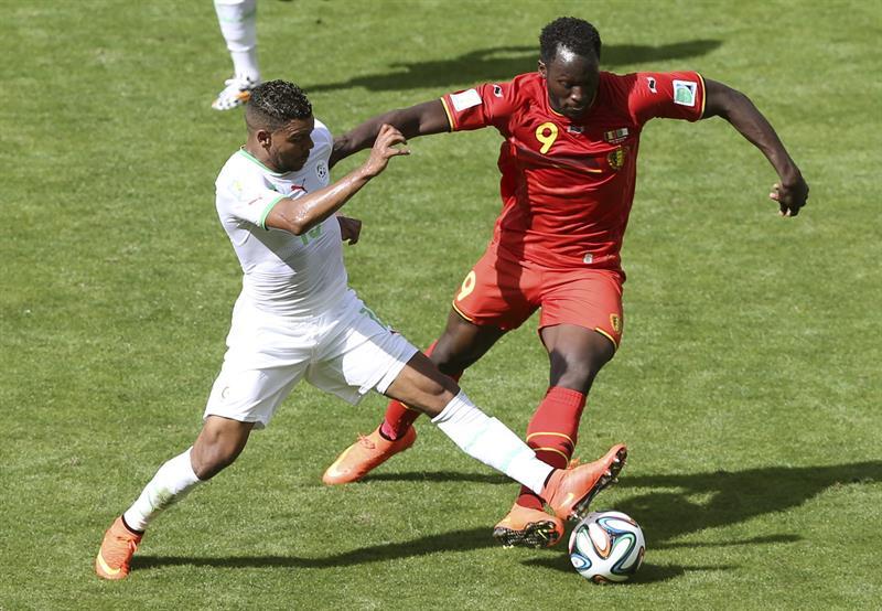 El delantero argelino El Arabi Soudani (i), lucha un balón con el delantero belga Romelu Lukaku (d) durante el partido Bélgica-Argelia. Foto: EFE