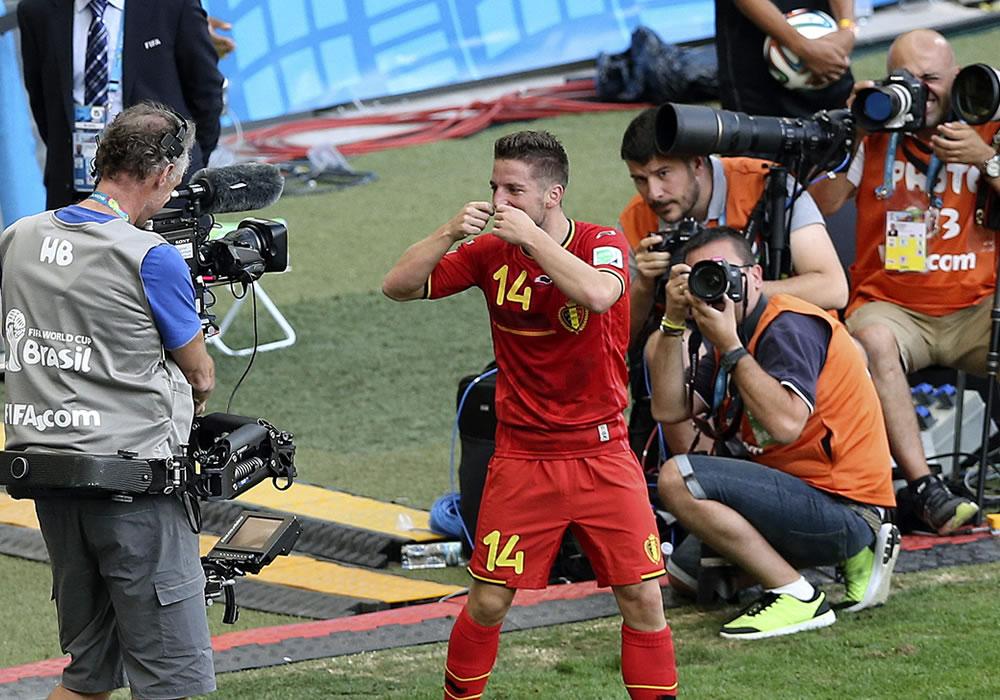 El centrocampista belga Dries Mertens celebra el gol marcado ante la selección argelina, segundo para el equipo, durante el partido Bélgica-Argelia. EFE