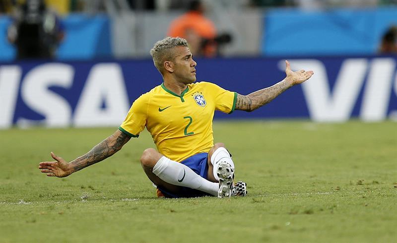 El defensa brasileño Dani Alves durante el partido Brasil-México. EFE