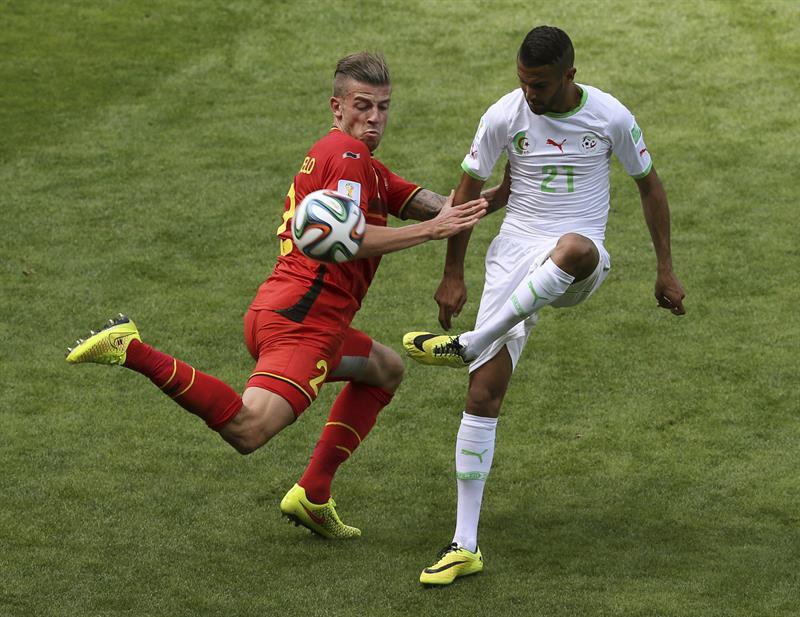 El defensa belga Toby Alderweireld (i) lucha un balón con el delantero argelino Riyad Mahrez (d), durante el partido Bélgica-Argelia. Foto: EFE