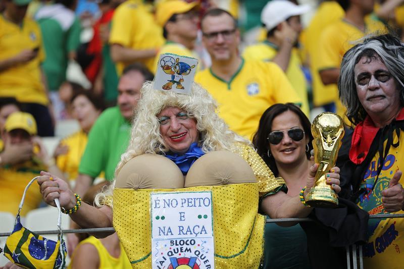Aficionados brasileños durante el partido. EFE