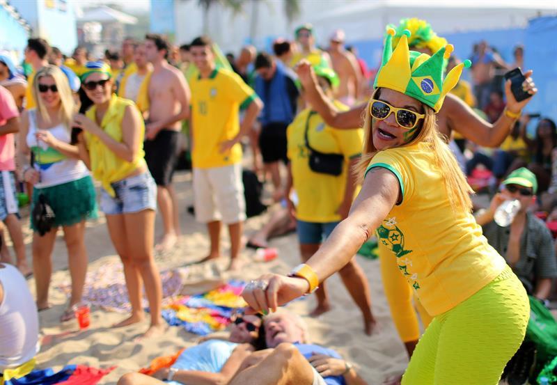Fanáticos de Brasil esperan el inicio del partido. EFE