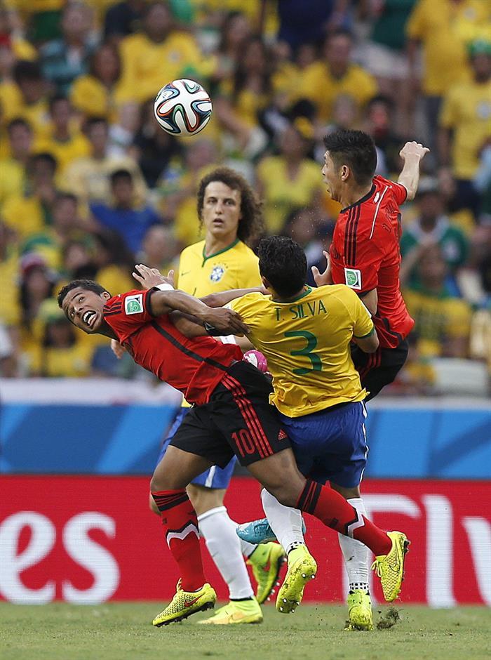 El delantero mexicano Giovani Dos Santos (i), el defensa brasileño Thiago Silva (c) y el delantero mexicano Oribe. EFE