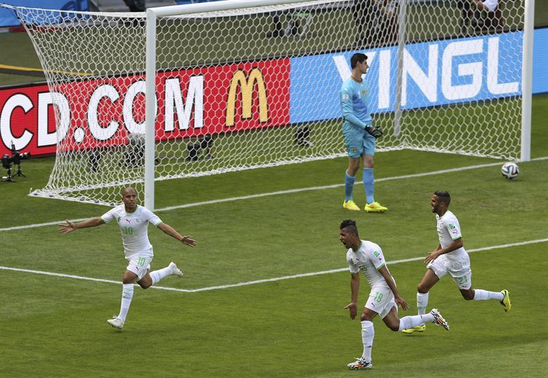 Los jugadores de Argelia celebran el gol marcado ante Bélgica, por su compañero Sofiane Feghouli. Foto: EFE