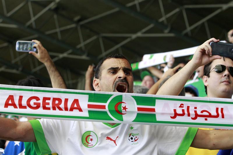 Un aficionado argelino anima a su selección durante el partido Bélgica-Argelia, del Grupo H. Foto: EFE