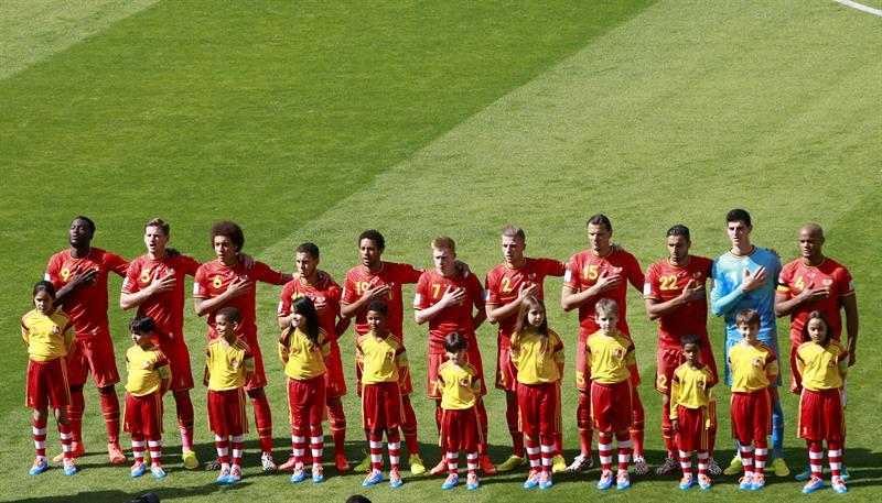 La selección belga monmentos antes del inicio del partido Bélgica-Argelia, del Grupo H. Foto: EFE