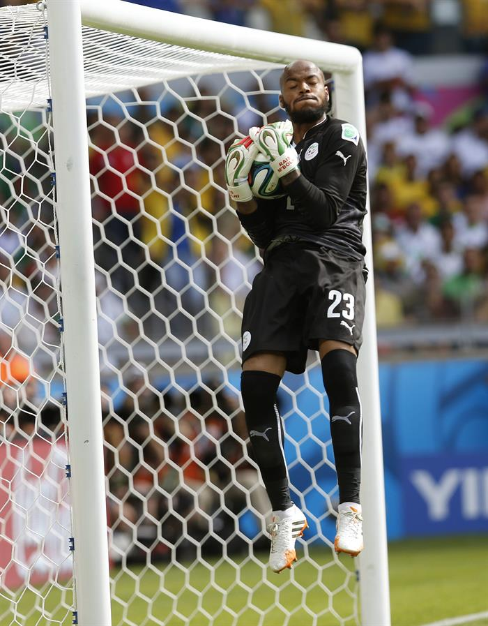 El portero argelino Rais Mbolhi para el balón durante el partido Bélgica-Argelia, del Grupo H. Foto: EFE