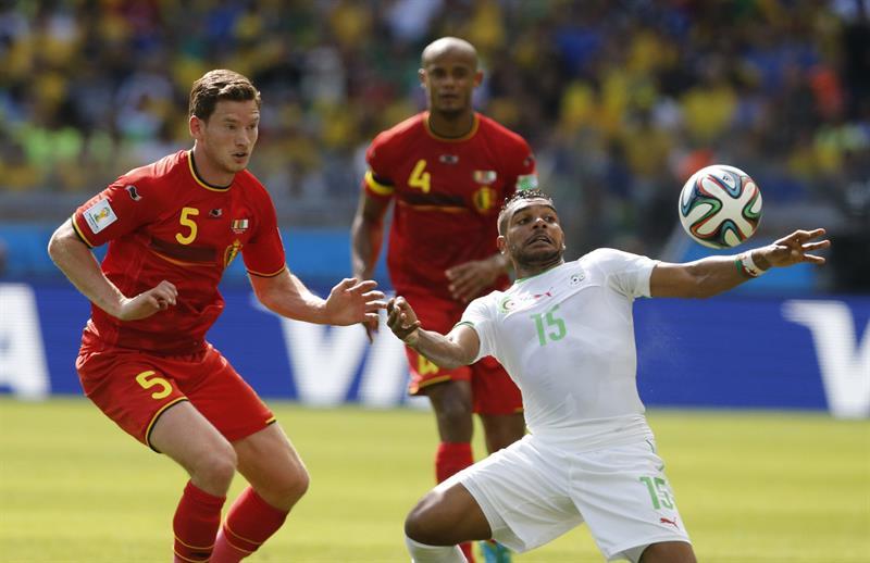 El delantero argelino El Arabi Soudani (D) recibe el balón ante los jugadores belgas Vincent Kompany (d-atrás) y Jan Vertonghe. Foto: EFE