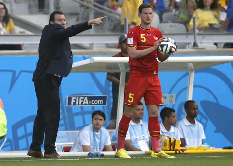 El entrenador de la selección belga, Marc Wilmots, (i) da instrucciones a sus jugadores mientras el defensa Jan Vertonghen (d). Foto: EFE