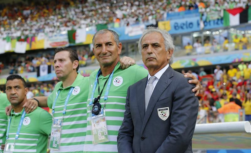 El entrenador argelino Vahid Halilhodzic (d) momentos antes del inicio del partido Bélgica-Argelia, del Grupo H. Foto: EFE