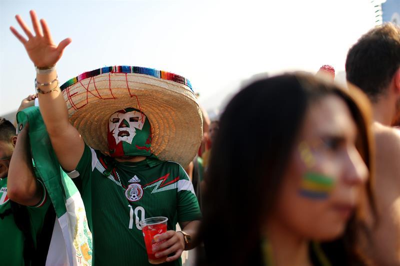 Fanáticos de México esperan el inicio del partido entre México y Brasil . EFE