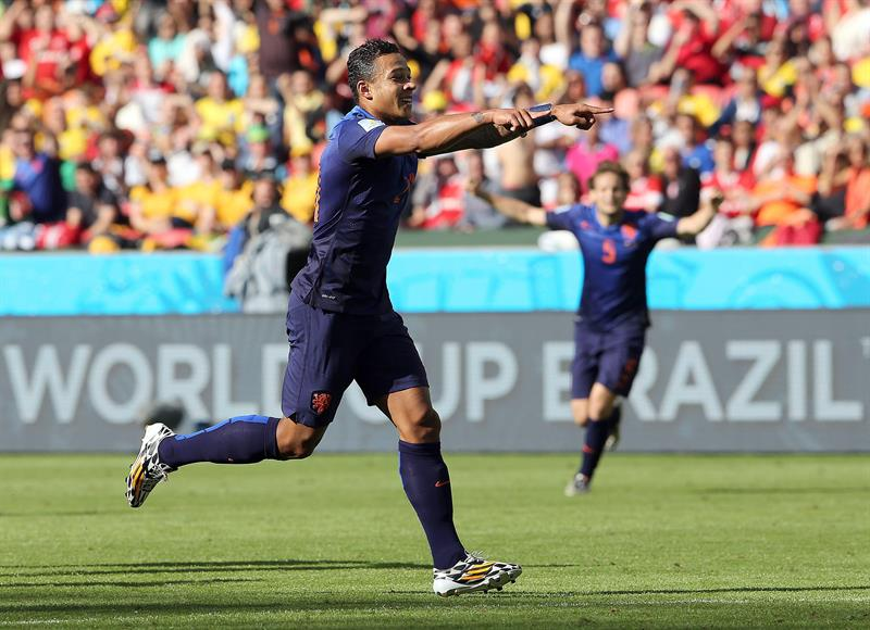 Memphis Depay of the Netherlands celebrates after scoring the 3-2 during the FIFA World Cup 2014 group B. EFE
