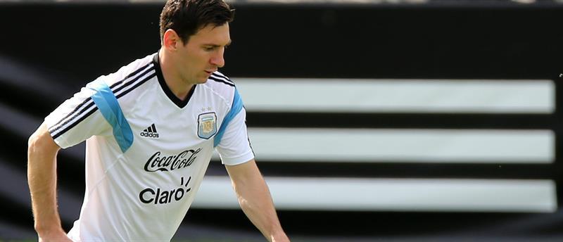 Lionel Messi de la selección argentina de fútbol participa en el entrenamiento. EFE