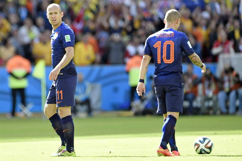 Dutch national soccer players Arjen Robben (L) and Wesley Sneijder react after the 1-1 during the FIFA World Cup 2014. EFE