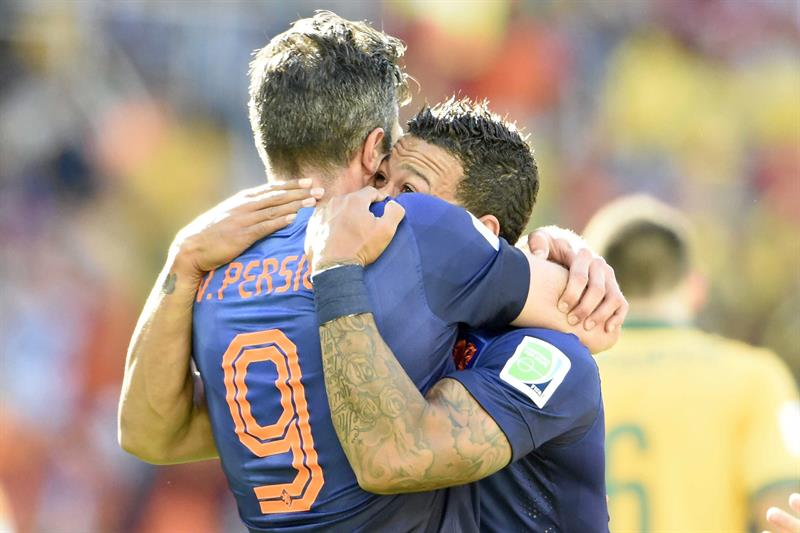 Dutch player Memphis Depay (R) celebrates his 2-3 goal with Robin van Persie (L) during the FIFA World Cup 2014 group B. EFE