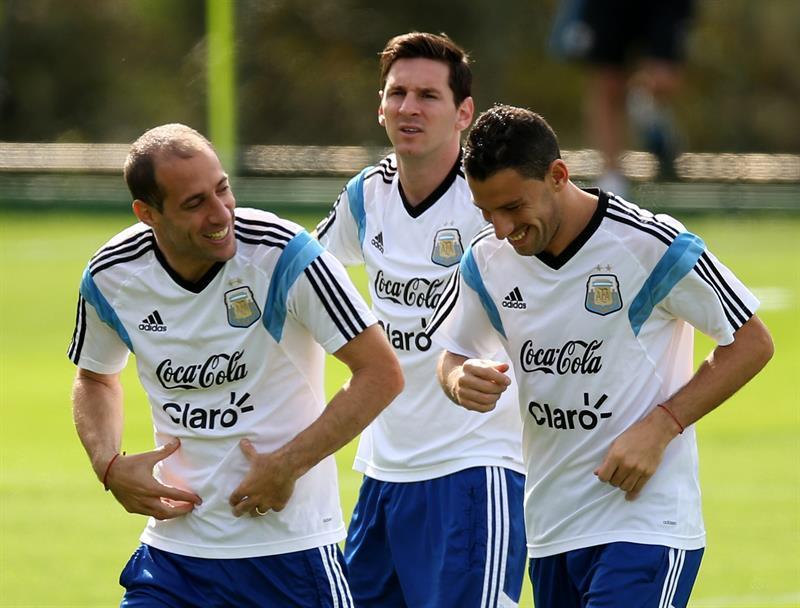 Lionel Messi (c), Pablo Zabaleta (i) y Maxi Rodríguez (d) de la selección argentina. EFE