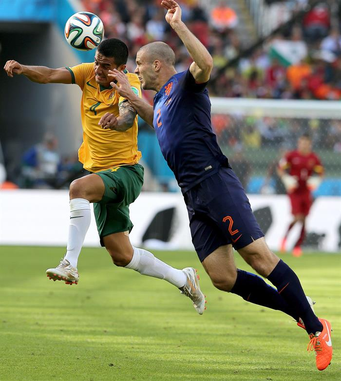 Tim Cahill of Australia (L) and Ron Vlaar of the Netherlands in action during the FIFA World Cup 2014 group B. EFE