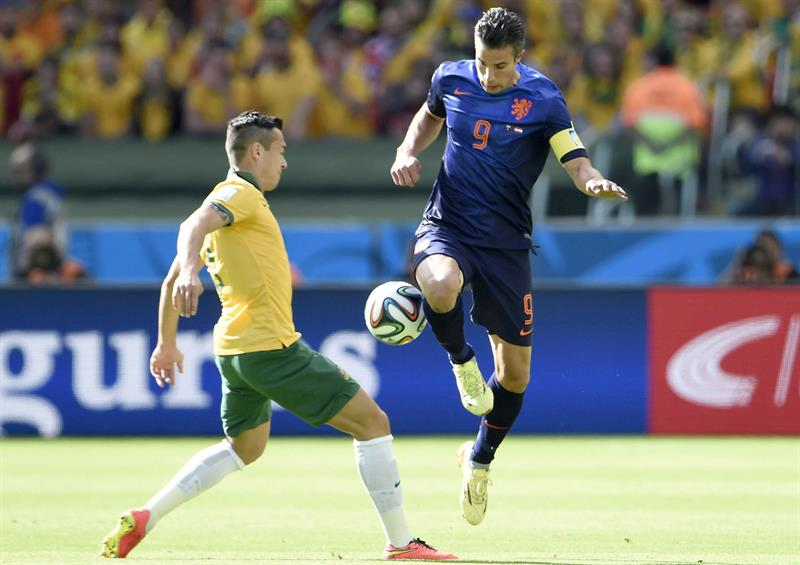Dutch Robin Van Persie (R) in action against Jason Davidson from Australia (L) during the FIFA World Cup 2014 group B. EFE