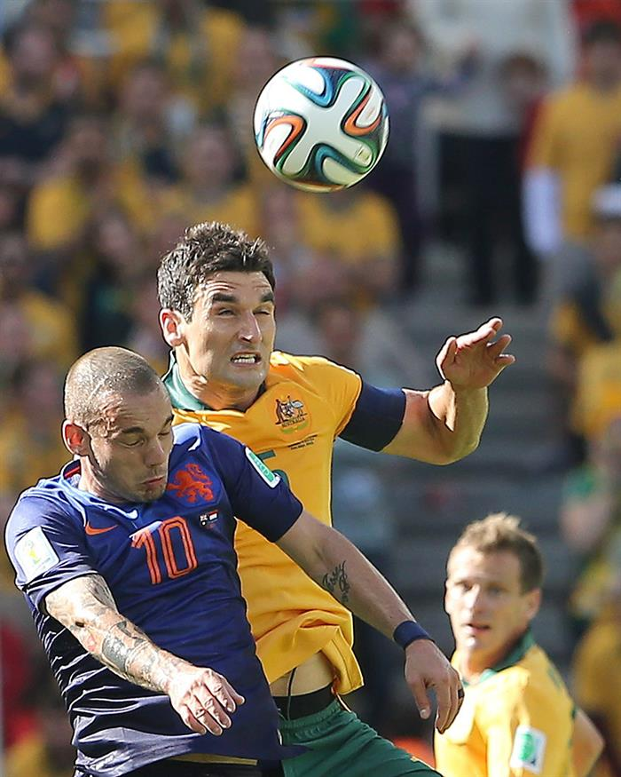 Wesley Sneijder of the Netherlands (L) and Mile Jedinak of Australia in action during the FIFA World Cup 2014 group B. EFE