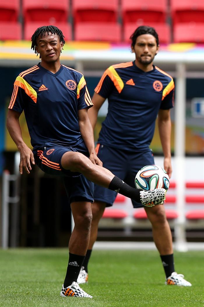 Juan Guillermo Cuadrado (i) y Abel Aguilar (d) de la selección de Colombia participan en un entrenamiento. EFE