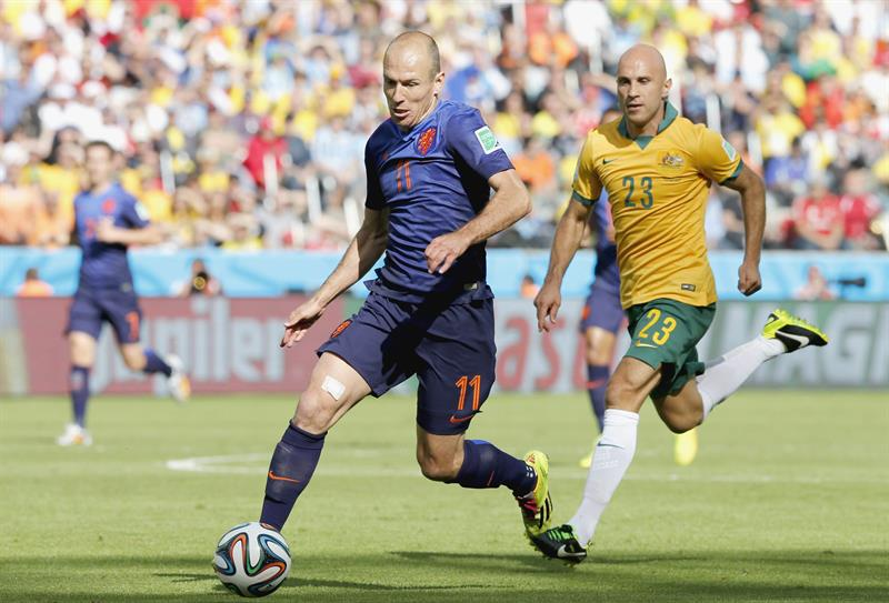 Arjen Robben (C) of the Netherlands on his way to score the opening goal during the FIFA World Cup 2014 group B. EFE