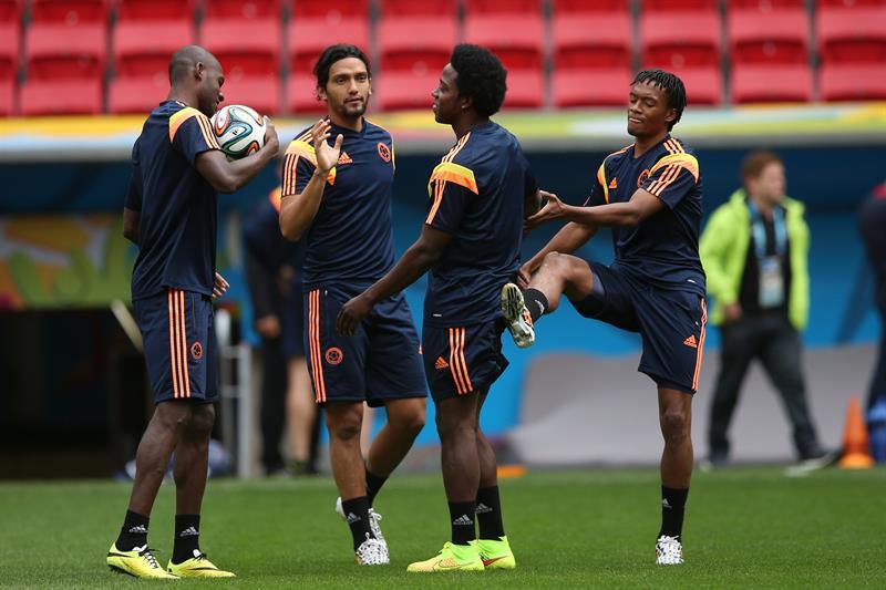 Víctor Ibarbo (i), Abel Aguilar (2-i), Carlos Sánchez (2-d) y Juan Guillermo Cuadrado (i) de la selección de Colombia. EFE