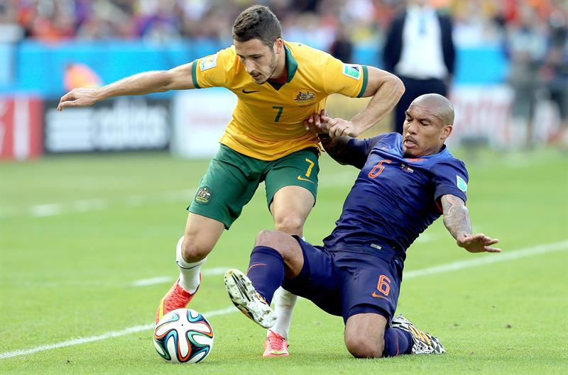 Mathew Leckie of Australia (L) and Nigel de Jong of the Netherlands in action during the FIFA World Cup 2014 group B. EFE