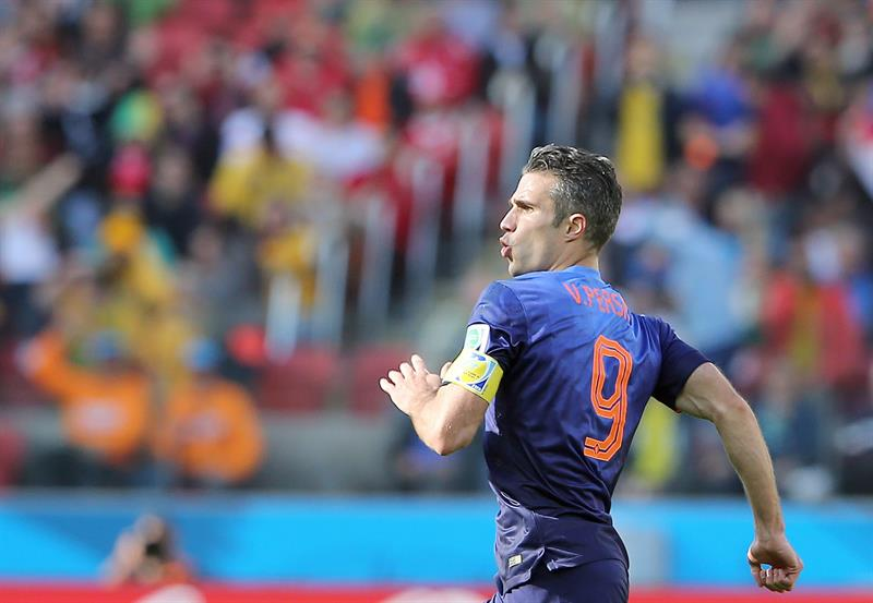 Dutch player Robin van Persie celebrates after scoring the 2-2 during the FIFA World Cup 2014 group B. EFE
