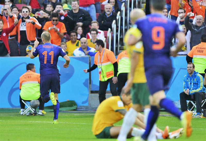 Dutch player Arjen Robben celebrates his 0-1 goal during the FIFA World Cup 2014 group B preliminary round match between Australia and the Netherlands. EFE