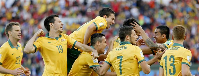 Players of Australia celebrate after teammate Mile Jedinak scored the 2 - 1 lead during the FIFA World Cup 2014 group B. EFE