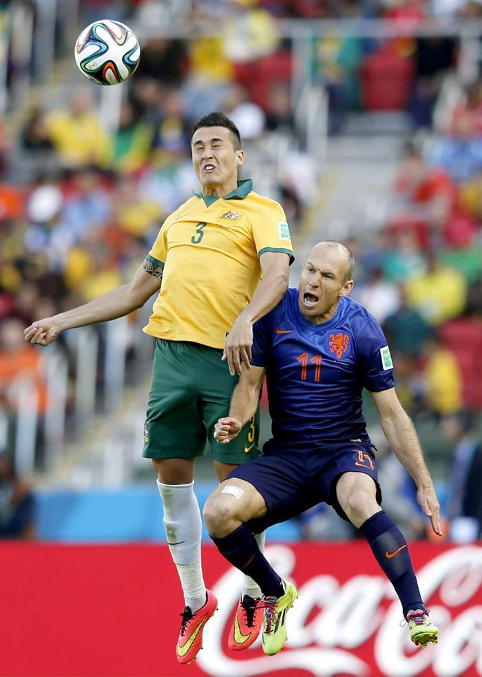 Arjen Robben (R) of the Netherlands vies with Jason Davidson of Australia during the FIFA World Cup 2014 group B. EFE