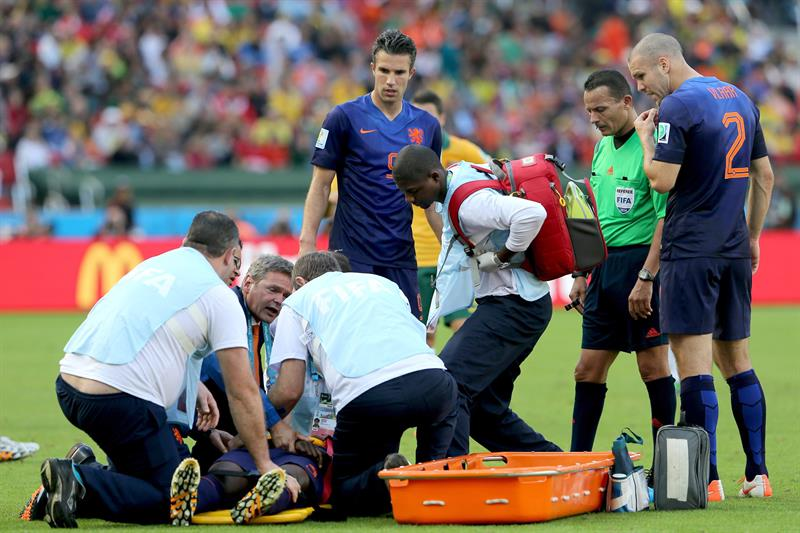 Bruno Martins Indi of the Netherlands lies on the pitch as he gets medical assistance during the FIFA World Cup 2014 group B. EFE
