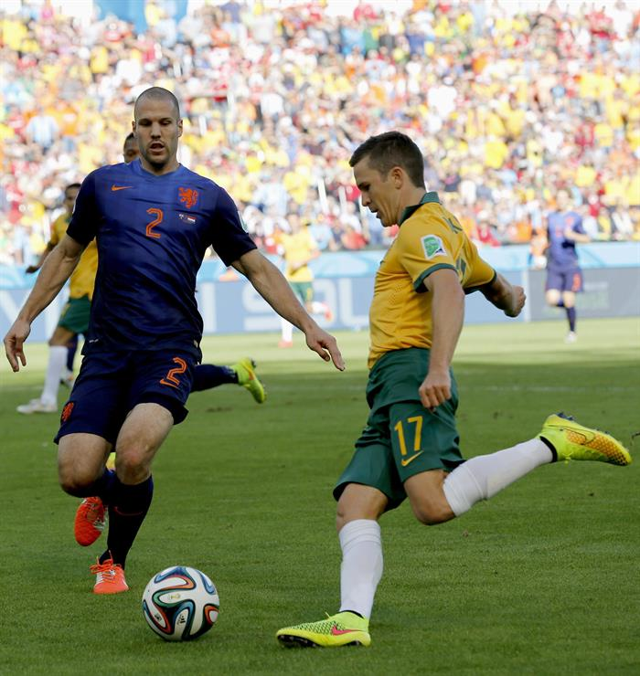 Ron Vlaar (L) of the Netherlands vies with Matt McKay of Australia during the FIFA World Cup 2014 group B. EFE