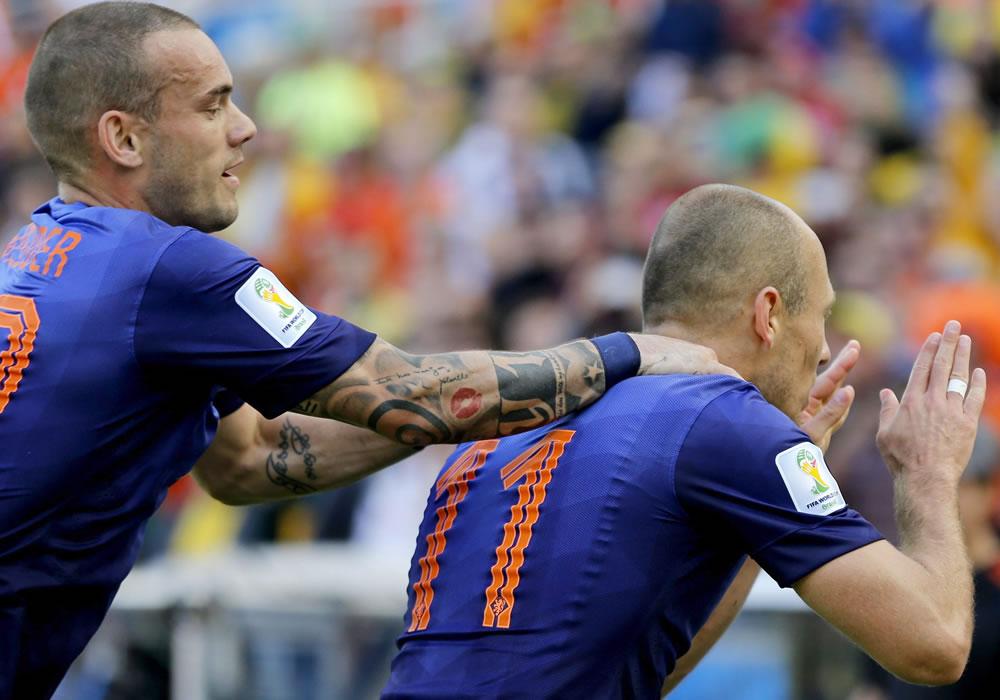 Arjen Robben of the Netherlands celebrates with teammate Wesley Sneijder of the Netherlands (L). Foto: EFE