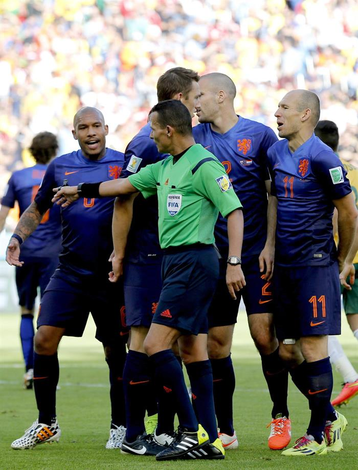 Dutch players argue with referee Djamel Haimoudi, who points to the spot during the FIFA World Cup 2014 group B. EFE