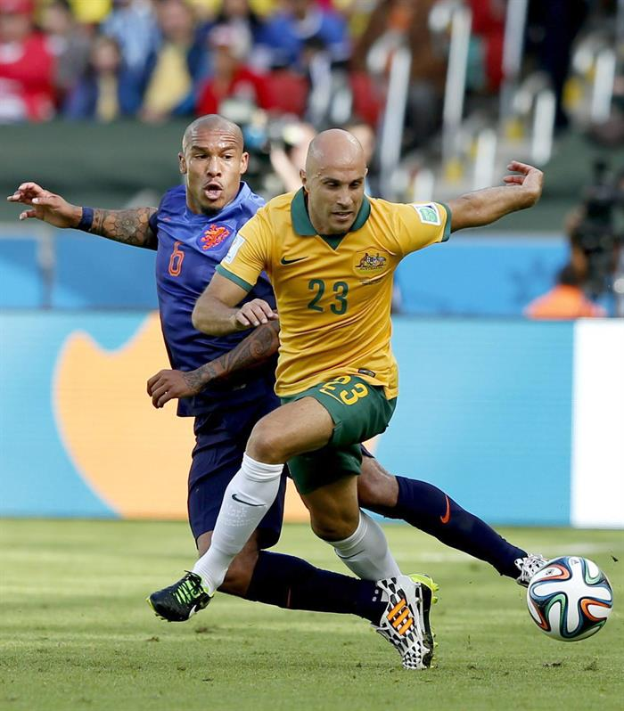 Mark Bresciano (R) of Australia vies with Nigel de Jong of the Netherlands during the FIFA World Cup 2014 group B. EFE